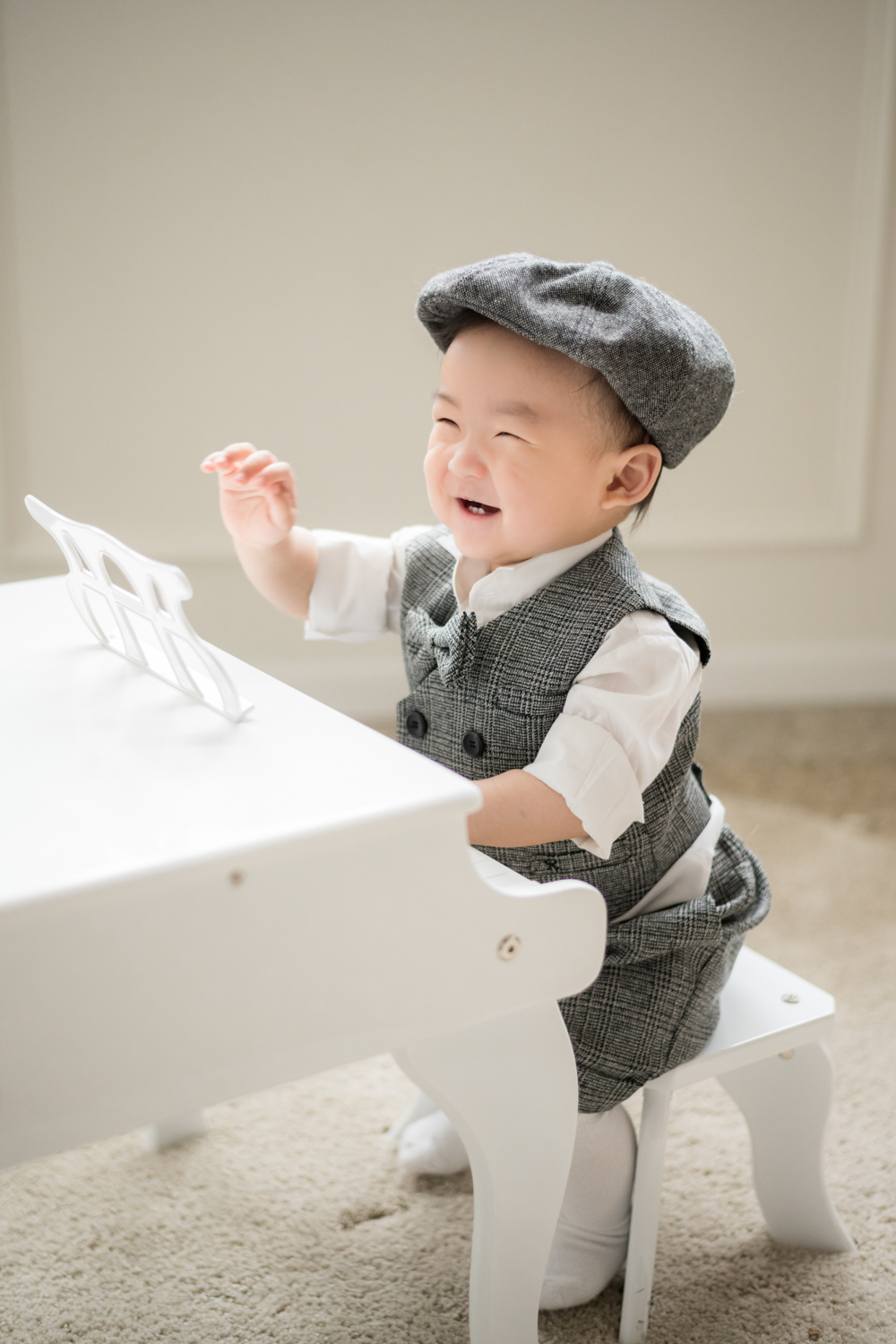Baby plays piano and smiles during photoshoot in Chicago.